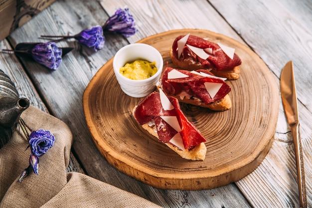 Lanche italiano apetitoso bruschetta de presunto