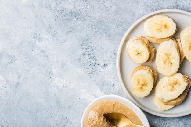 Lanche leve e saudável feito de fatias de banana e manteiga de caju