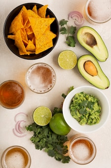 Lanche leve mexicano ou jantar guacamole, salgadinhos de milho e cerveja