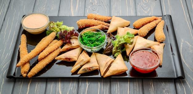 Lanche misto com batatas fritas, queijo e camarão em massa