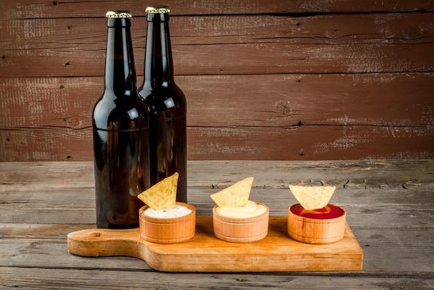 Lanche para festa, batatas fritas, nachos e cerveja