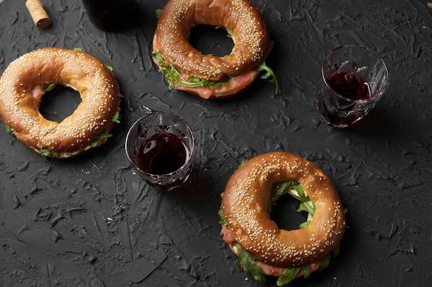 Lanche saudável. bagels com salmão e rúcula