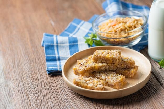 Lanche saudável. barras de cereais granola com nozes e garnola