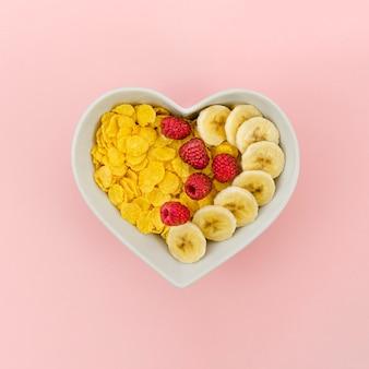 Lanche saudável com flocos de milho e frutas