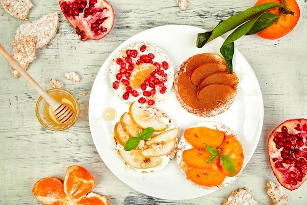 Lanche saudável de pão crocante de arroz com frutas tropicais