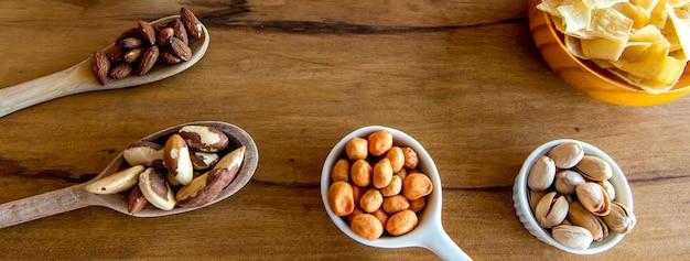 Lanche saudável feijão mandioca batata frita pistache castanha-do-pará grão-de-bico amendoim e amêndoa