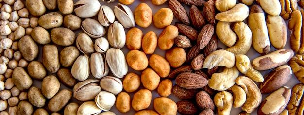 Lanche saudável, feijão, pistache, castanha do brasil, grão de bico, amendoim e amêndoa, formato ao ar livre.