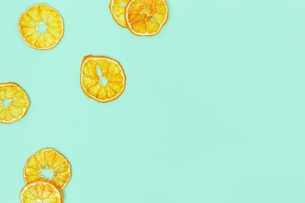 Lanche saudável. fruta desidratada caseira de tangerina. tangerina seca em fundo de papel. conceito de dieta alimentar. vista superior e copie o espaço.