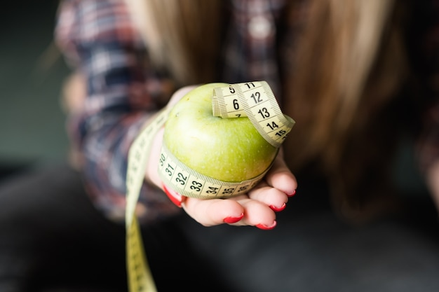 Lanche saudável. maçã e fita métrica