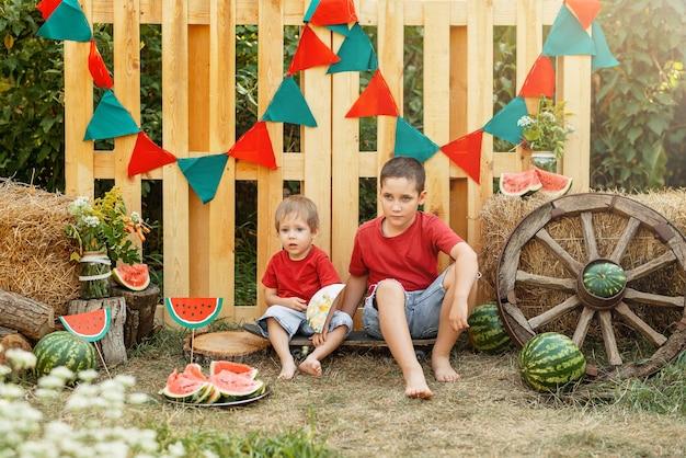 Lanche saudável para crianças, amigos da infância no verão