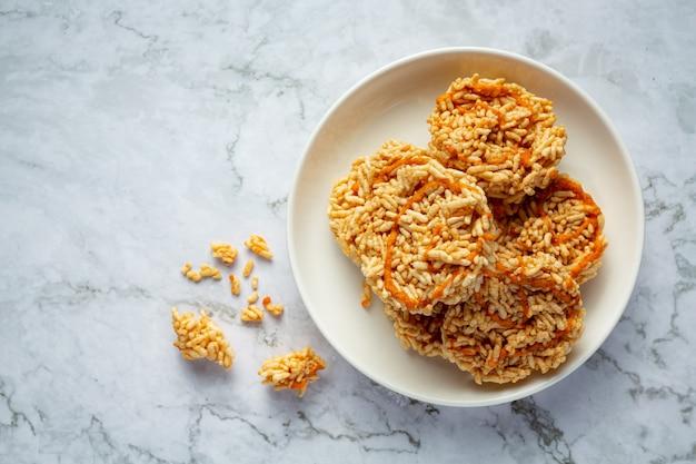 Lanche tailandês; kao tan ou biscoito de arroz em uma tigela branca