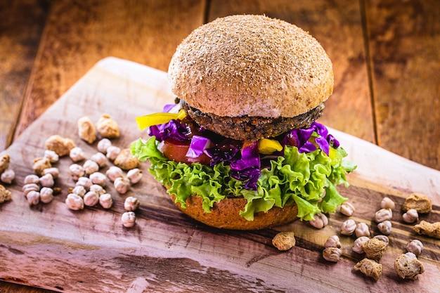 Lanche vegano, hambúrguer vegano sem carne, feito com pão integral, proteínas, lichia
