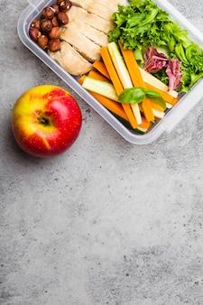 Lancheira com comida saudável