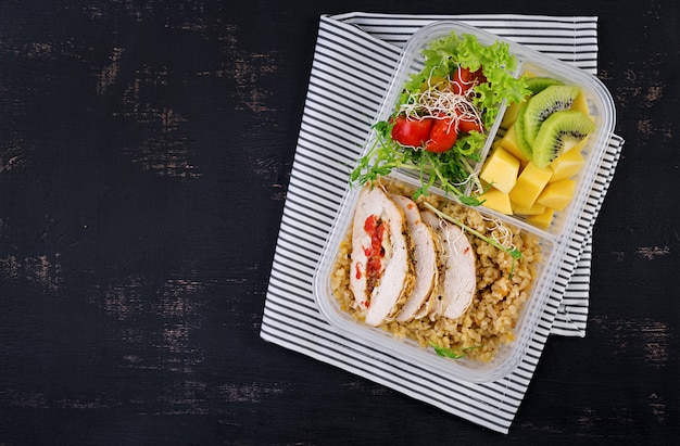 Lancheira com frango, bulgur, microgreens, tomate e frutas