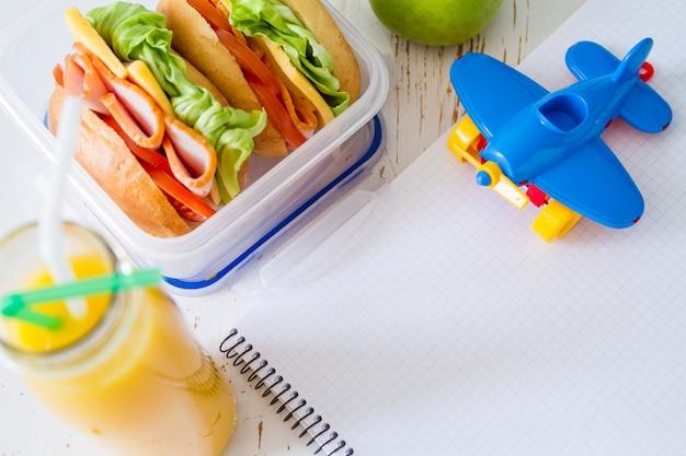 Lancheira com salada de sanduíches e friuts