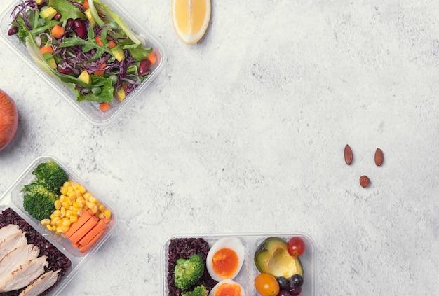 Lancheira de dieta saudável fresco com salada de legumes na mesa