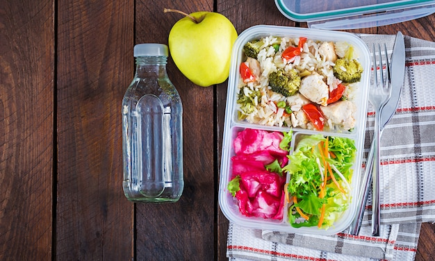 Lancheira de frango, brócolis, ervilha, tomate com arroz e repolho roxo