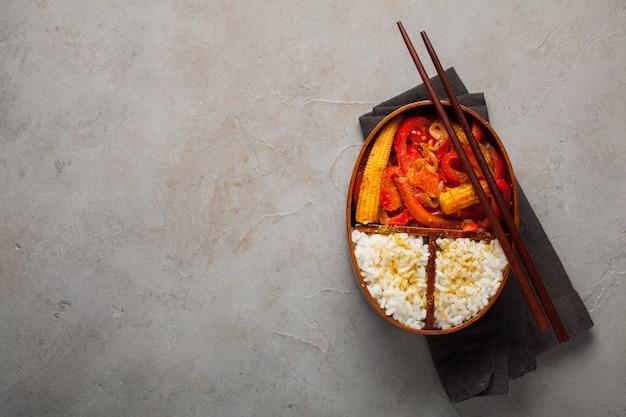 Lancheira de madeira com comida saudável