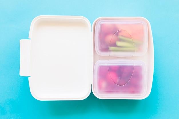 Lancheira de plástico com comida