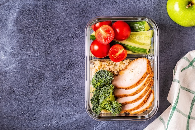 Lancheira equilibrada saudável com frango, arroz, legumes. comida de escritório, conceito de estilo de vida saudável.