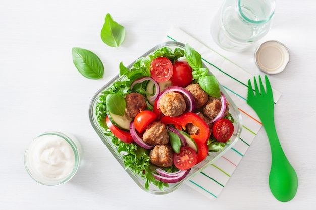 Lancheira keto paleo com almôndegas, alface, tomate, pepino, pimentão
