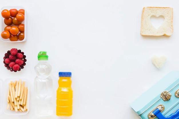 Lancheira perto de comida saudável e bebidas