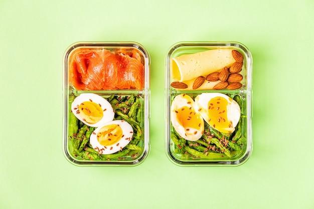 Lancheira saudável equilibrada, almoço dieta cetogênica, comida em casa para o conceito de escritório.