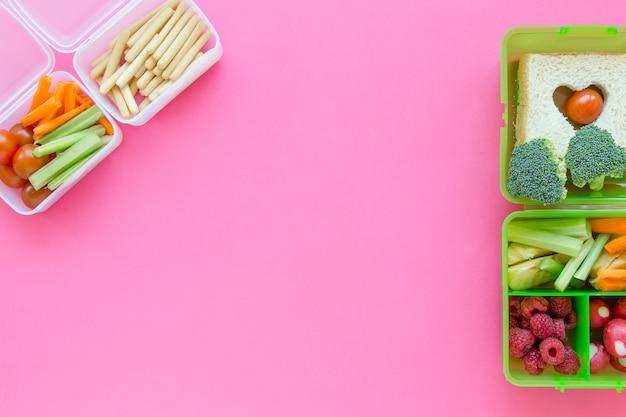 Lancheiras com comida escolar