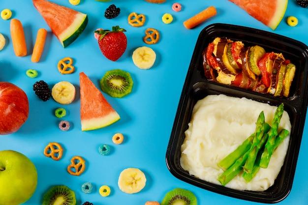 Lancheiras com purê de batatas e legumes prontos para o trabalho ou escola