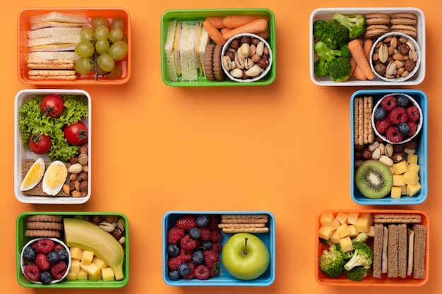 Lancheiras de alimentos saudáveis de vista superior com espaço de cópia