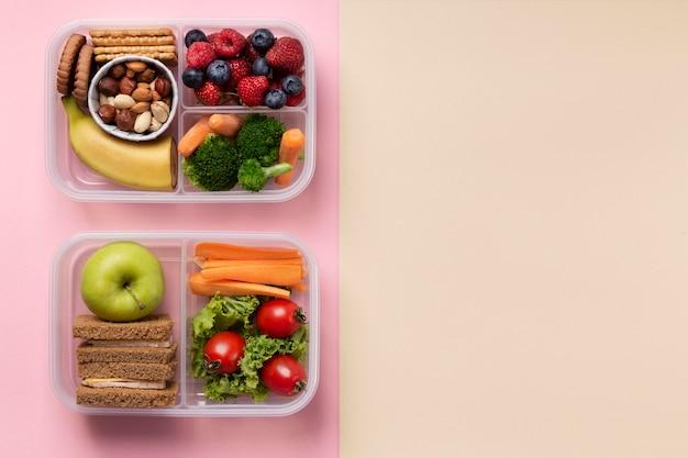 Lancheiras de comida saudável com espaço de cópia