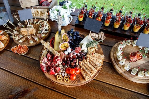 Lanches de festa de verão na mesa de madeira.
