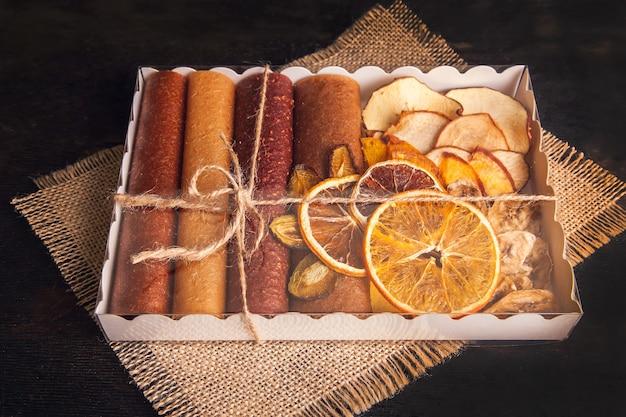Lanches de frutas doces em um pacote - pastilhas e frutas secas. doce de frutas, sem açúcar, nutrição saudável