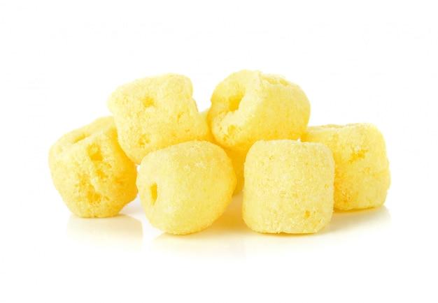 Lanches de milho crocantes em um branco