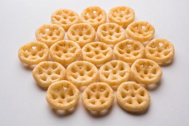 Lanches de roda frita ou fryums servidos em uma tigela ou sobre um fundo temperamental. foco seletivo