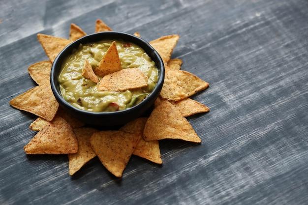 Lanches. deliciosos nachos com guacamole