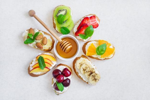Lanches doces de verão de seleção. bruschetta ou sanduíches