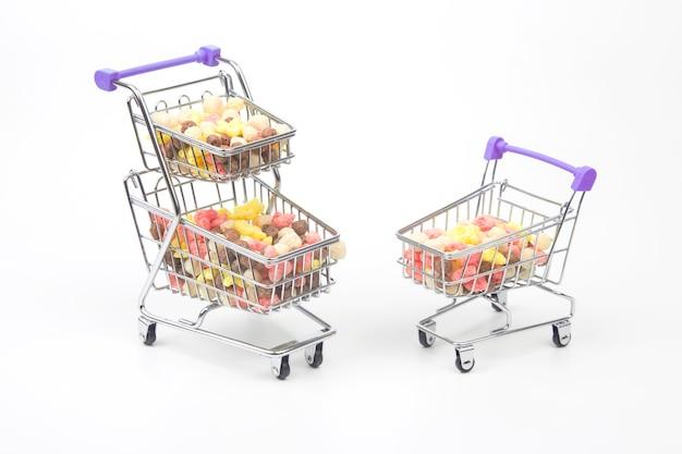 Lanches leves coloridos em uma cesta de mercado. comida de sobremesa