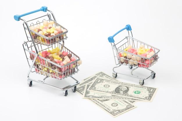 Lanches leves coloridos em uma cesta de mercado e dólares. comida de sobremesa