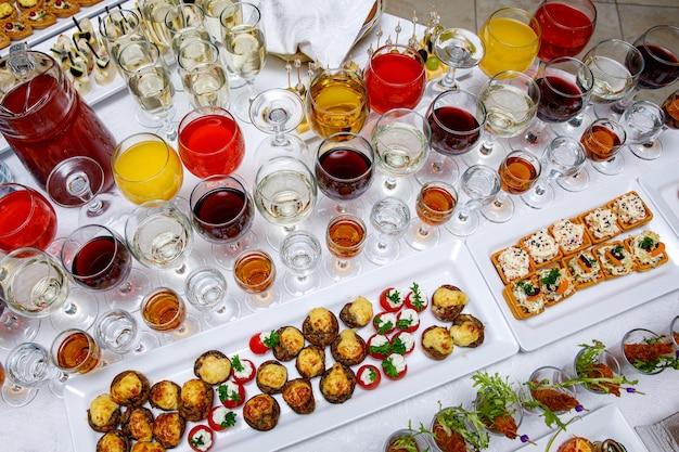 Lanches lindamente decorados na mesa do banquete antes do feriado. catering para eventos