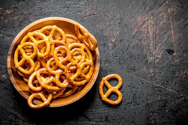 Lanches pretzels em uma tigela. em fundo escuro rústico