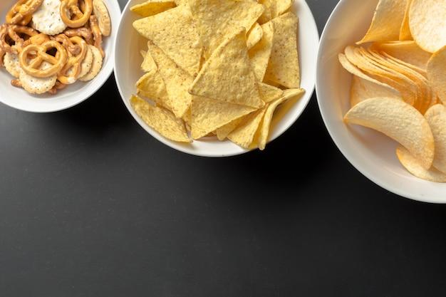 Lanches salgados. pretzels, batatas fritas, biscoitos