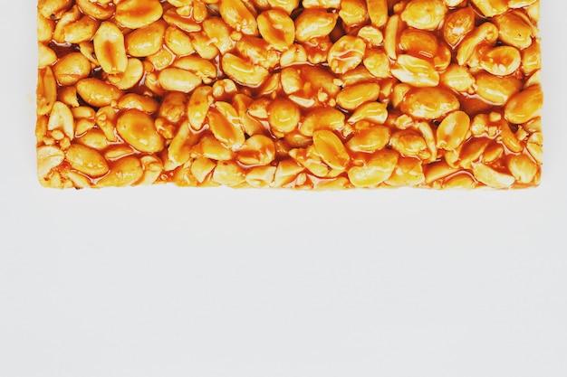 Lanches saudáveis. comida de dieta de aptidão. bolinhos kozinaki feitos de amendoim torrado, barras energéticas.
