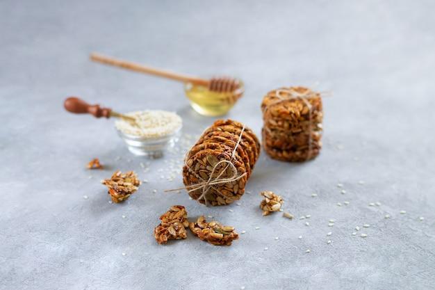 Lanches saudáveis de sobremesa com sementes de girassol, sementes de abóbora, gergelim e mel