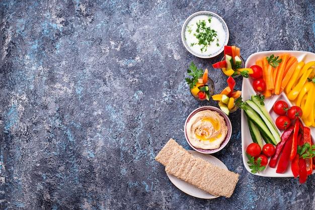 Lanches saudáveis. legumes e homus