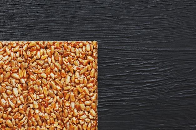 Lanches úteis. comida de dieta de aptidão. boletchik de sementes de girassol kozinaki, barras energéticas. vista do topo. espaço da cópia