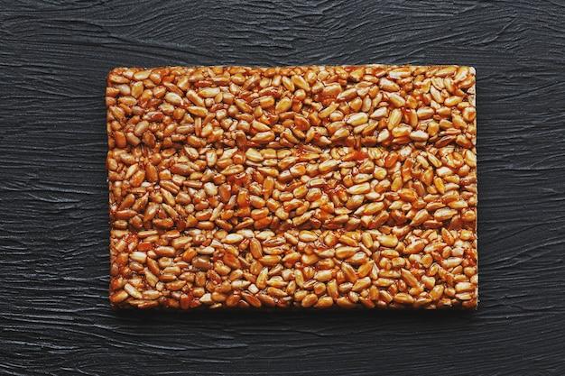 Lanches úteis. comida de dieta de aptidão. boletchik de sementes de girassol kozinaki, barras energéticas.