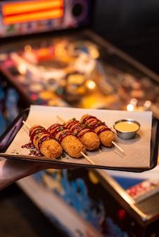 Lanches variados de cerveja fast food queijo frito palitos carnes curadas nuggets com caneca de cerveja