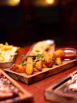 Lanches variados de cerveja fast food queijo frito palitos de carnes curadas nuggets com caneca de cerveja