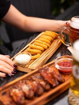 Lanches variados de cervejas, fast food